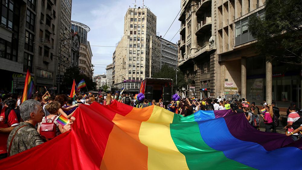 رئيسة وزراء صربيا آنا برنابيتش تشارك في المسيرة السنوية للمثليين في العاصمة بلغراد