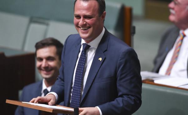 نائب في بالبرلمان الاسترالي يعرض على شريكه المثلي الزواج خلال جلسة البرلمان