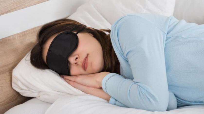 نيزك يسقط من السماء على وجه امرأة أثناء نومها